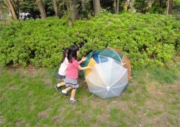 学生達の遊びに興味を示して子供が駆け寄ってきた