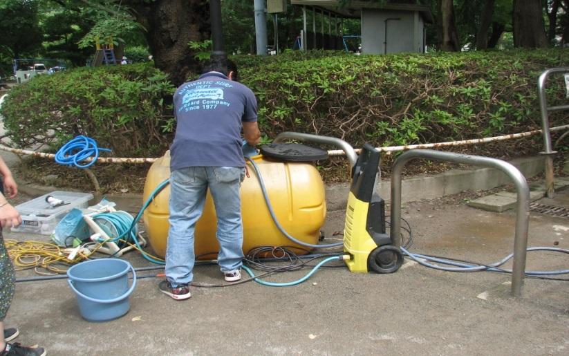 市民団体が給水タンクで水洗い用のサポートをしてくれました