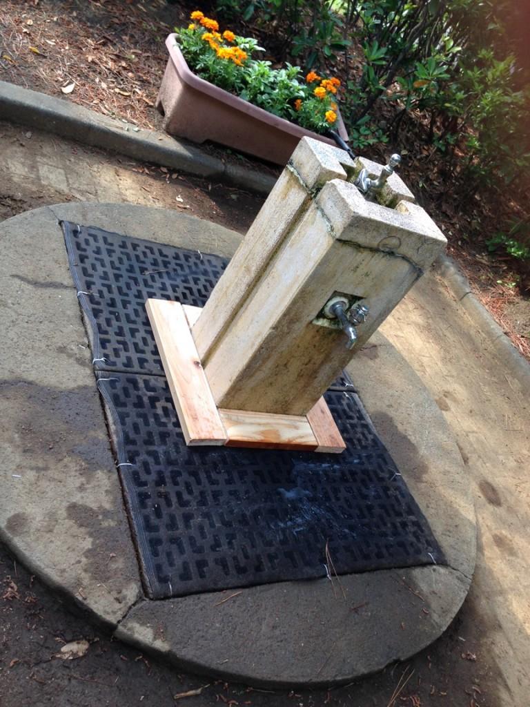 蚊の対策に、水飲み場の排水溝に網をかぶせ、<br>隙間を木工でふさぎました