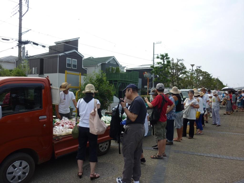 人気農家の軽トラックの前には<br>行列ができます
