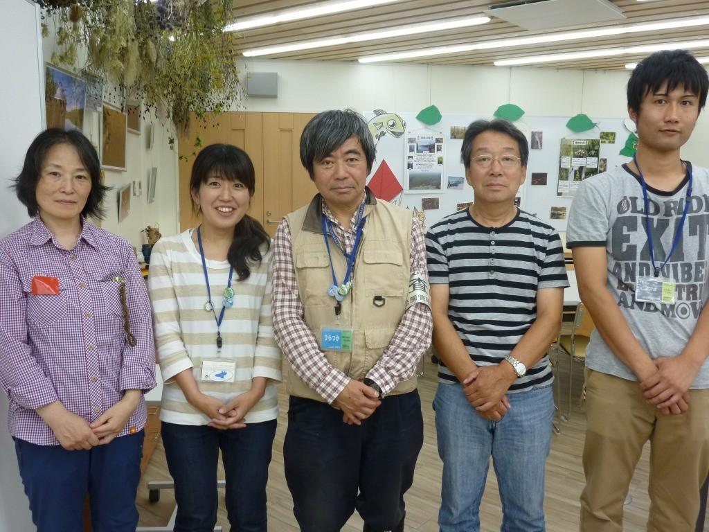 ヤンマ団を支えるスタッフ <br>(左から長村さん、金さん、平塚団長、横山会長、神馬さん)