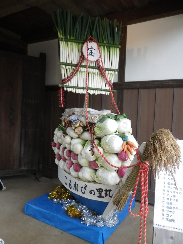 収穫祭の時にボランティアが作る野菜宝船