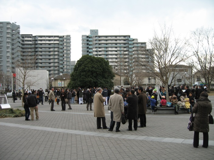 (参考)震災発生時に公園でたたずむ人々