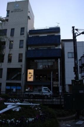 西川緑道公園脇の道路とお店