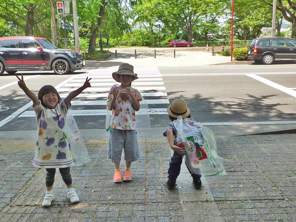 ビーアイでは、日常的に西公園を利用<br>マントをつけて西公園に向かう子供たち