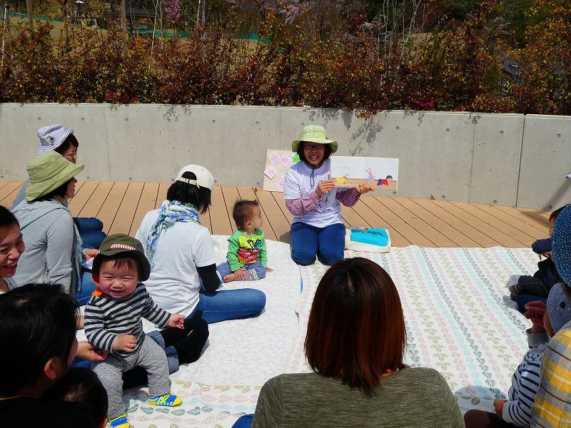 エントランス広場で読み聞かせをする 「ぴよぴよの会」代表の横山由美子さん