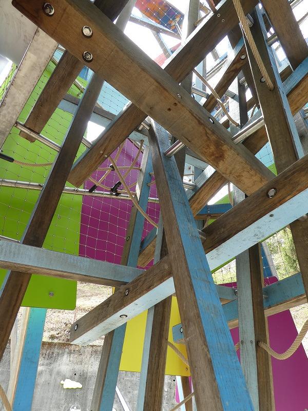 複雑な構造のケルナー遊具を登るには、考える力も必要です