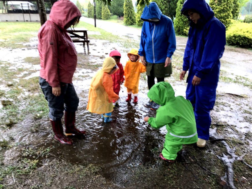 雨の日でも外で元気に遊びます
