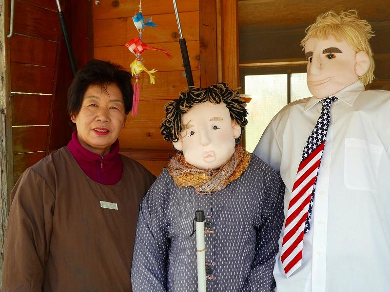 かかしの綾野さん(中央)や取材で来たパックン(右)等、実在する人物のかかしたち