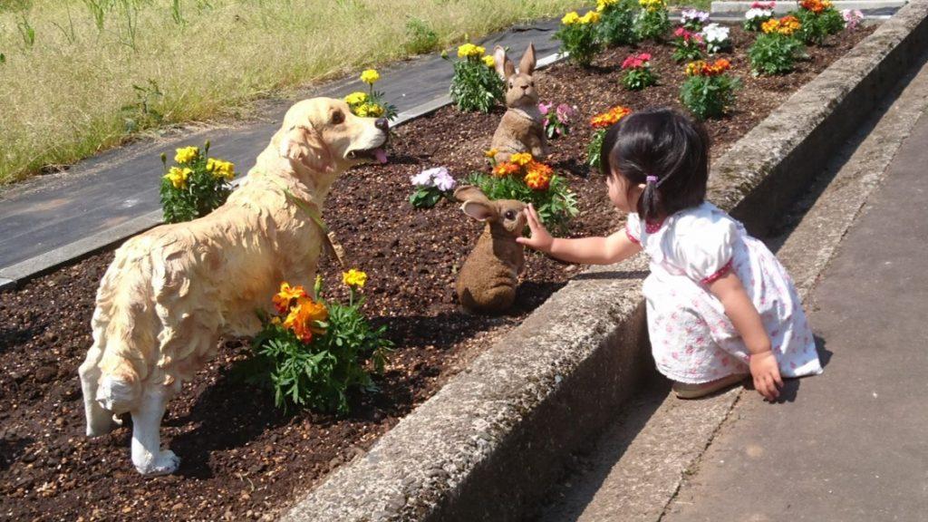花壇の隙間に置いた動物のモニュメントは子供たちの人気者