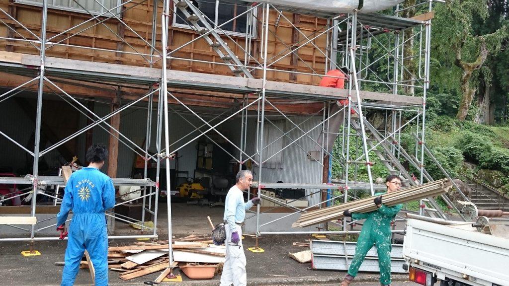 管理棟の改修工事の様子。職人さんと一緒に作業を手伝うシェアハウスの住人たち