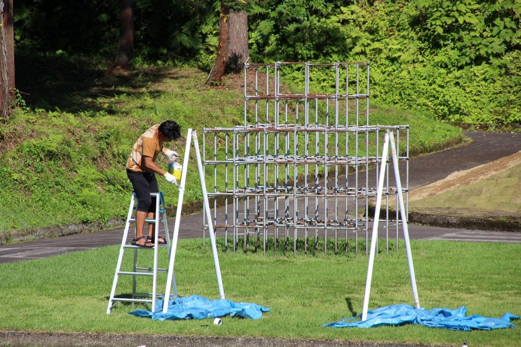 遊具のペンキ塗りをするシェアハウスの若者は、自転車で日本一周、旅の途中