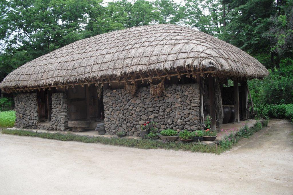 石が多い南の島(済州島など)の古民家は通気性の良い板の間で、オンドルはない。