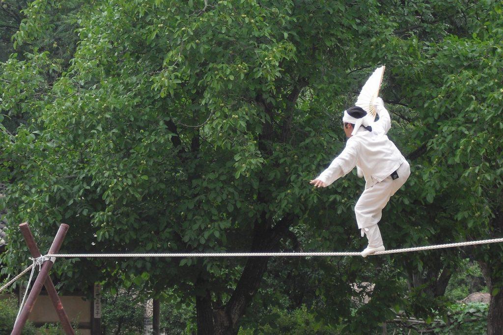 綱技の披露と共に風刺話もされた綱渡り(世界文化遺産)。