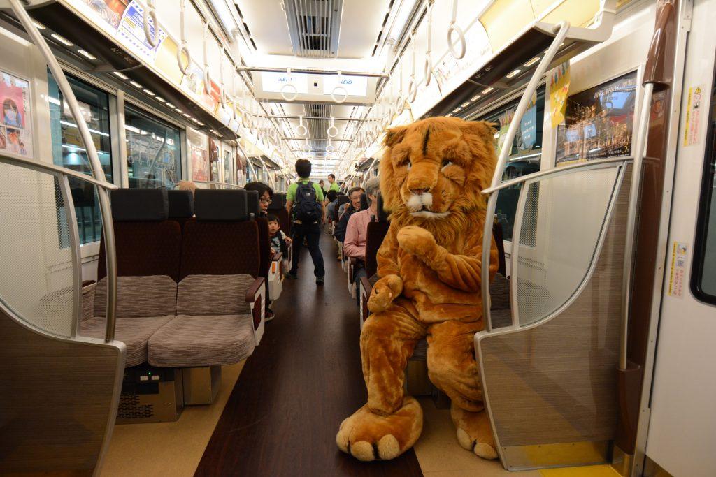 開園60周年記念事業の一つとして、京王電鉄(株)の協力を得て5月5日に運行したスペシャル電車。社内ではクイズ大会などを実施した。