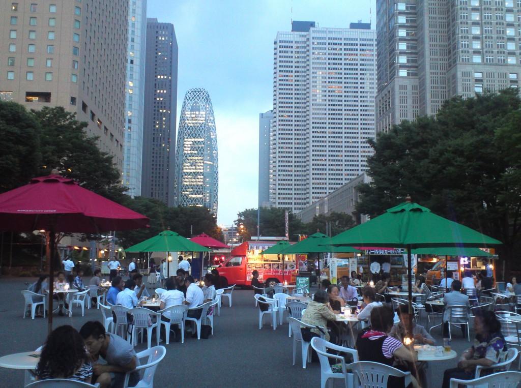 仕事帰りなどに夕涼みをしながら飲食を楽しめる「イブニングバー」 (新宿中央公園)