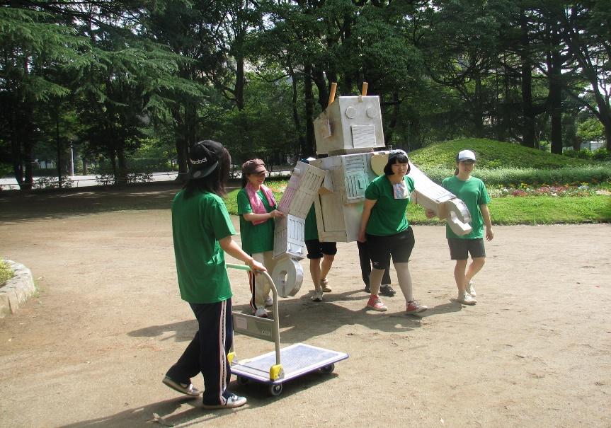 「きのこロボット」の搬入をする大成ゼミの学生たち