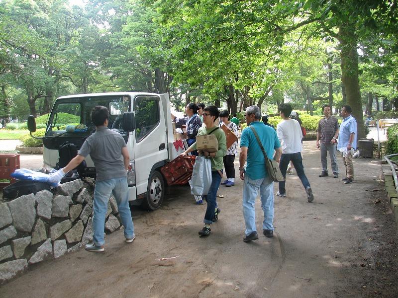 開催当日、荷物の運搬を行う市民団体の皆さん