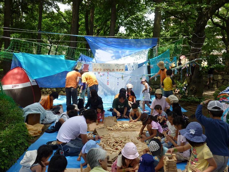 「空に向かって、カプラ・KAPLA・カプラ!!」(松戸子育てさぽーとハーモニー) 蚊帳で空間を演出