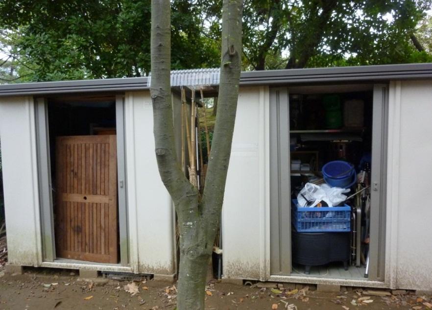 清掃協力団体報奨金で購入した物置。 清掃道具やプレーパークで使う道具を収納