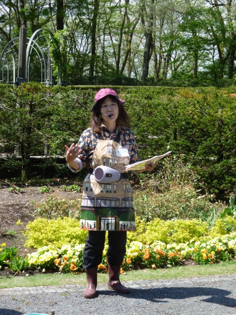 「秘密の花苑」で指導する西川綾子園長