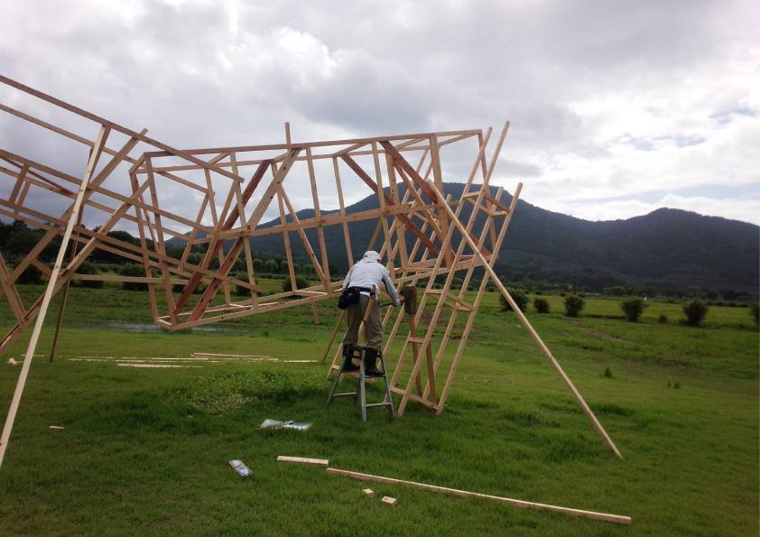 ウチヤマ看板の内山さんによる骨組み作業