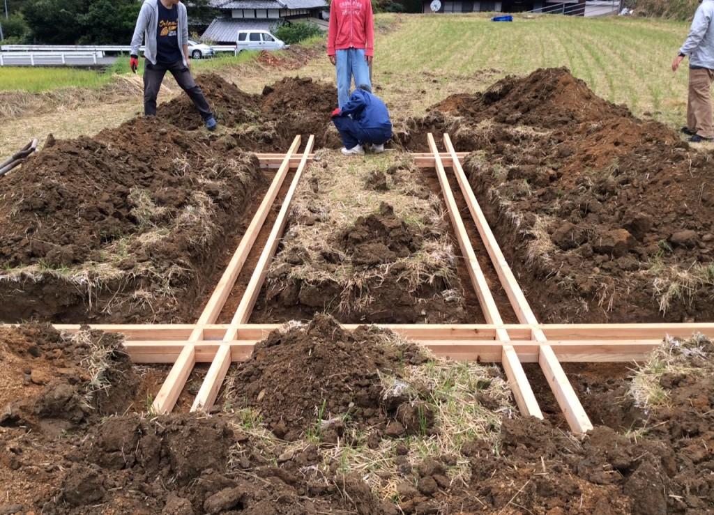 田んぼなど軟弱地盤に設置する場合は、土台を使います。<br>この上に脚を立てて制作していきます。