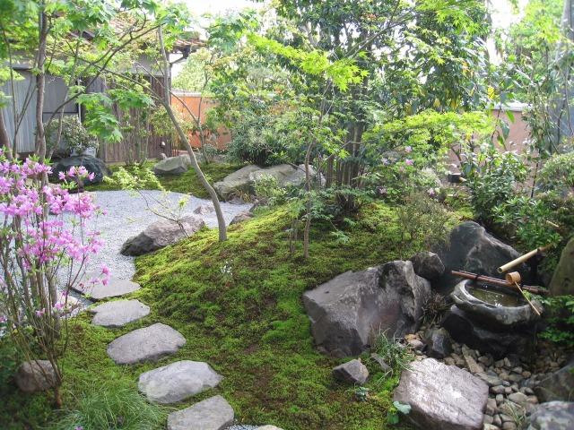 飛び石と手水鉢で雰囲気のある庭園に (作庭写真山口市・(有)坂本造園)