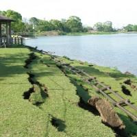 地震で崩れた護岸と倒れた柵(公園内)