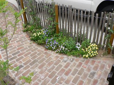 駐車場横のわずかなスペースにも植栽した例<br> (写真提供:グリーンギャラリーガーデンズ)