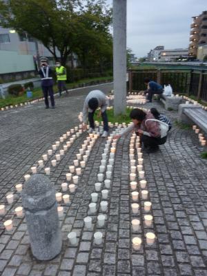 住民ボランティアが一つ一つ、キャンドルに火を灯す(2016年10月22日)