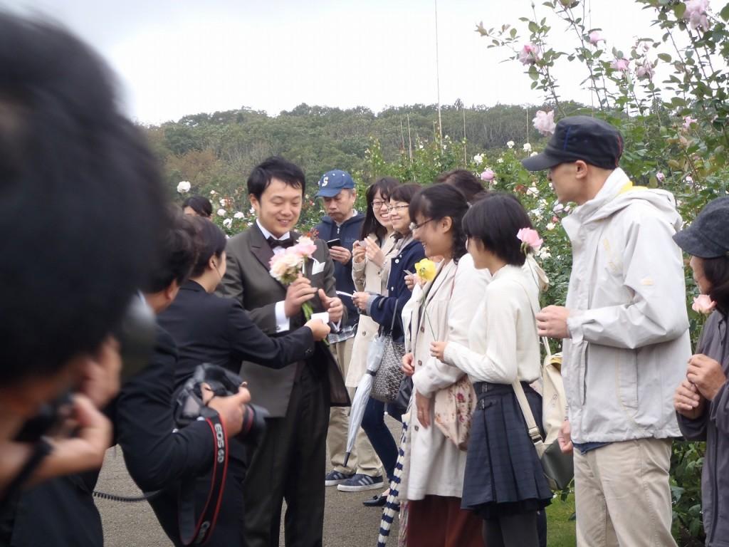 一般のお客様から新郎へ渡したバラで結婚式の花束を作る演出により、一般のお客様も参加しやすくしました