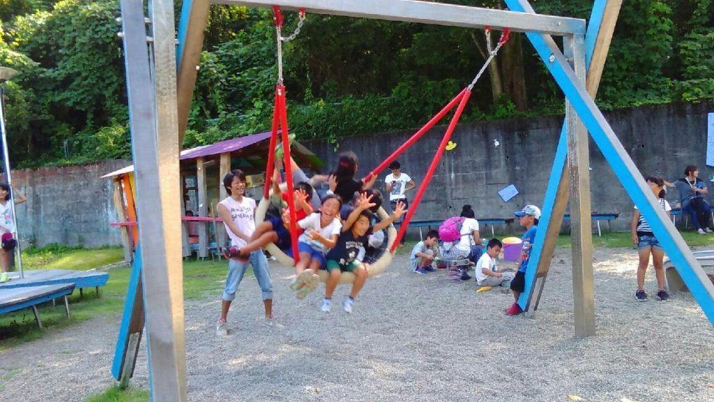 ケルナー広場で遊ぶ大勢の子供たち