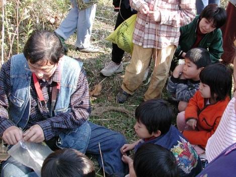 子供たちに生き物や植物を教える野村さん