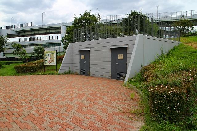 「展望の丘」の下にある備蓄倉庫には、毛布や飲料水などが保管されている