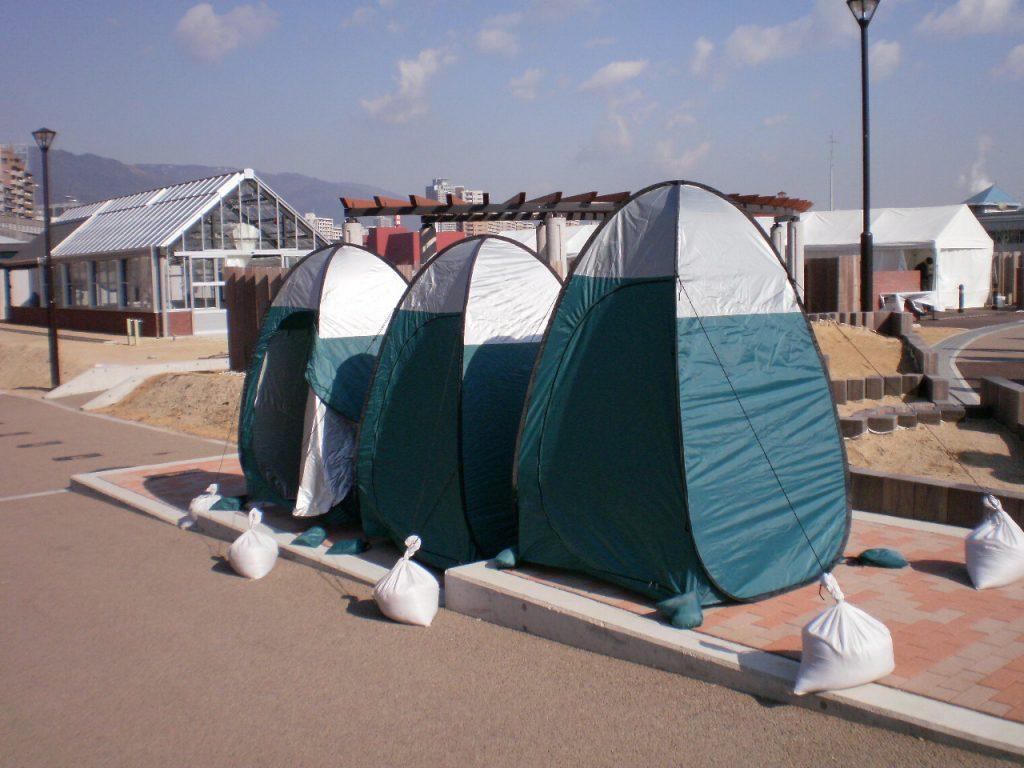 マンホールのふたを開け、テントを立てると災害時にトイレとして使える