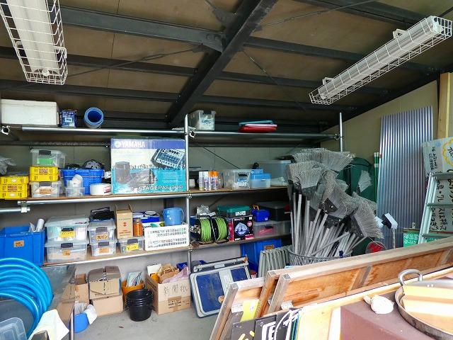 倉庫には、掃除道具や工具など多くの備品が揃っている