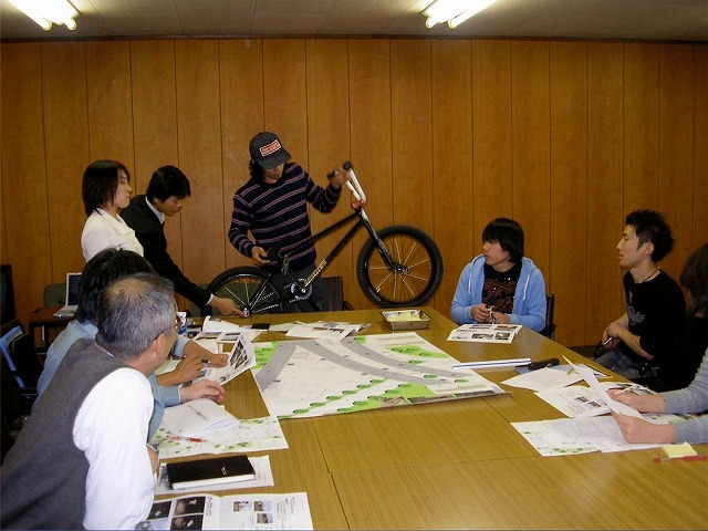 検討会では実際に公園を利用する若者からの意見を基に議論を重ねた(BMXの構造について説明する愛好者)
