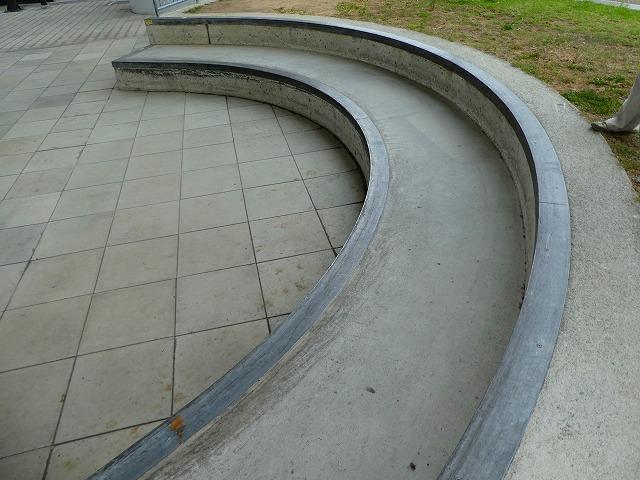 検討会で出た意見から、スケートボードで滑る階段にはエッジに鉄板を貼られた