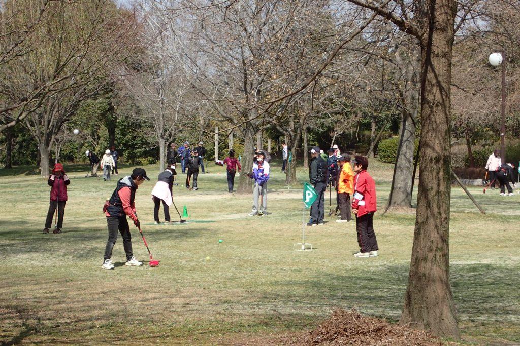 グランドゴルフを楽しむ高齢者