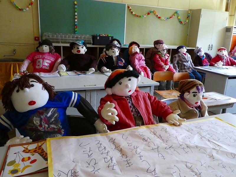 「かかし祭り」主会場の旧名頃小学校には、廃校になった当時の生徒が作ったかかしがいる