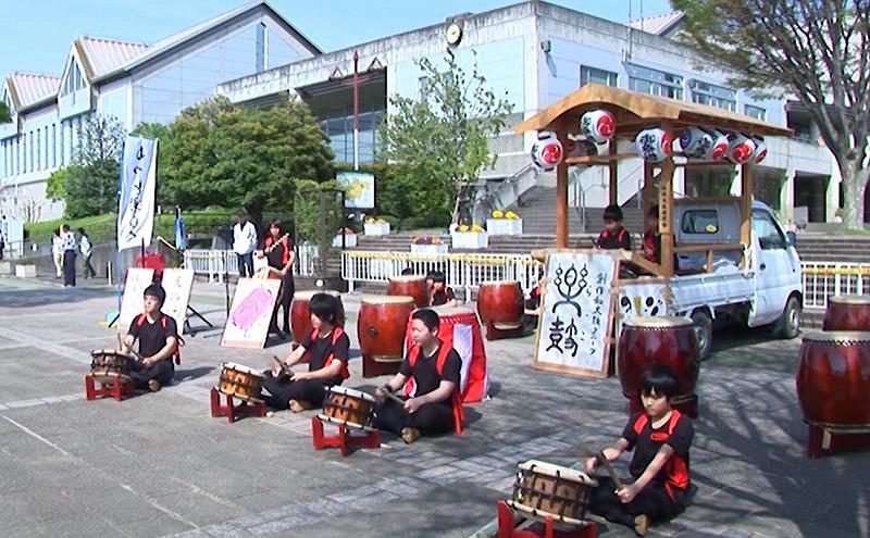地元グループの和太鼓演奏は毎回恒例