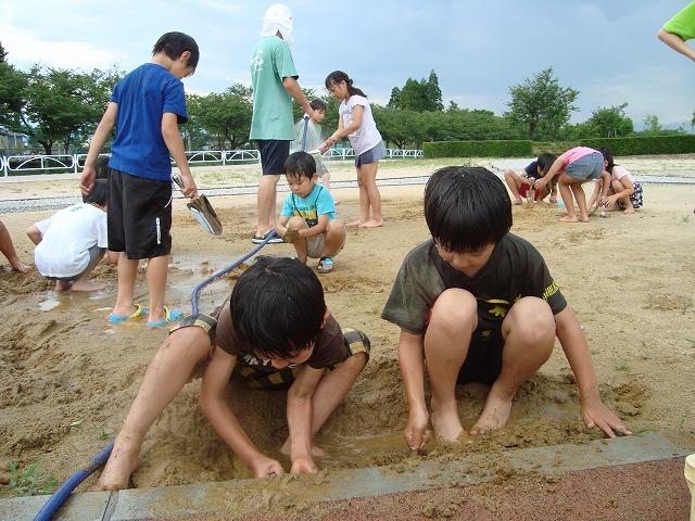 こども公園部長を募るために実施したPRイベントで泥んこになって遊ぶ子供たち。