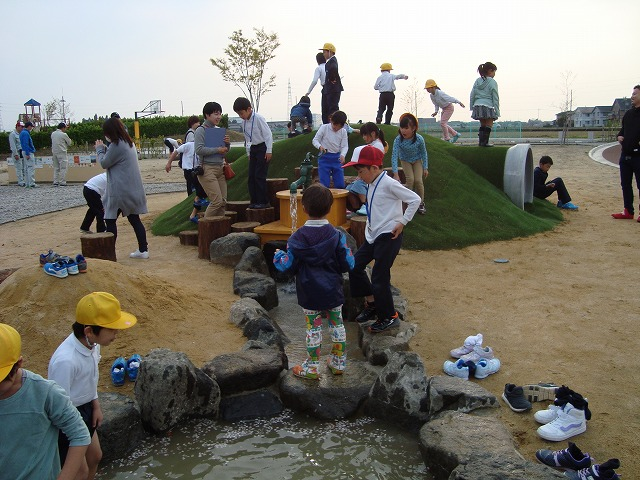 2018年4月10日に行われた水遊び場「おひろめかい」。風もあり肌寒い日にも関わらず、子供たちは水遊びを楽しんだ。
