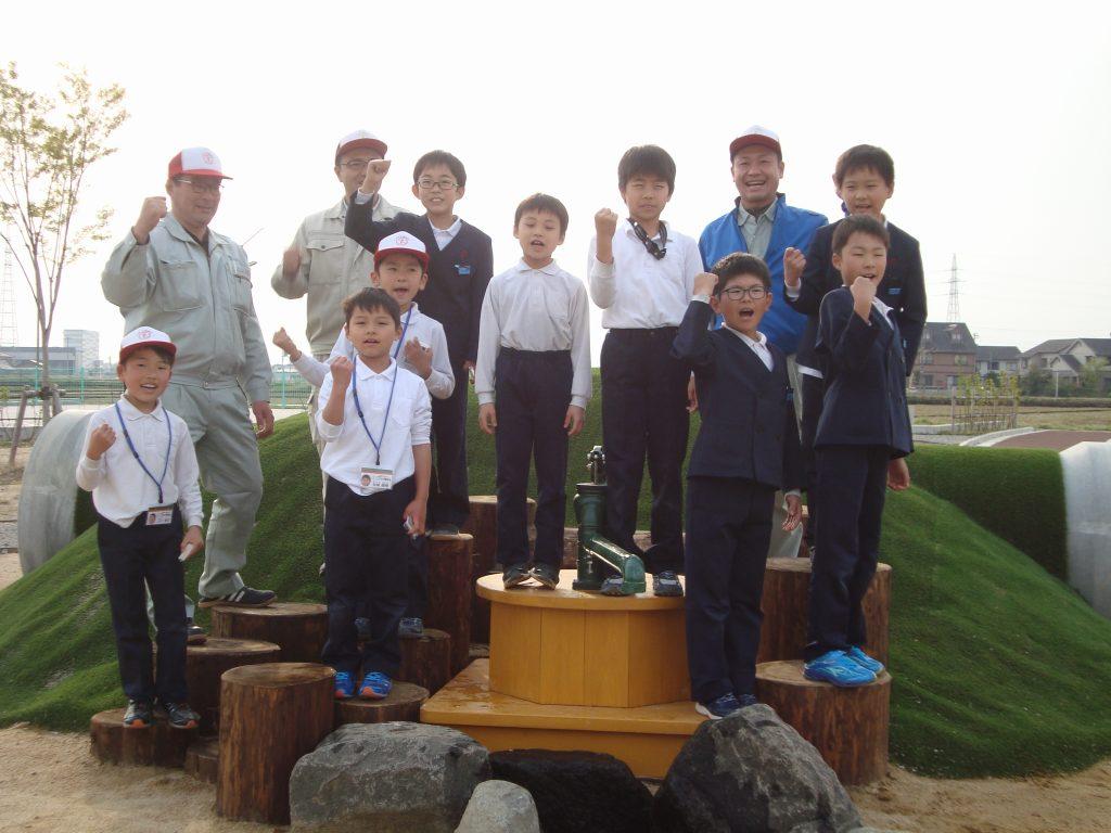 「舟橋村園むすびプロジェクト」のプロジェクトリーダー 金岡伸夫さん(後段右から2人目)とプロジェクトメンバーのこども公園部長たち 。