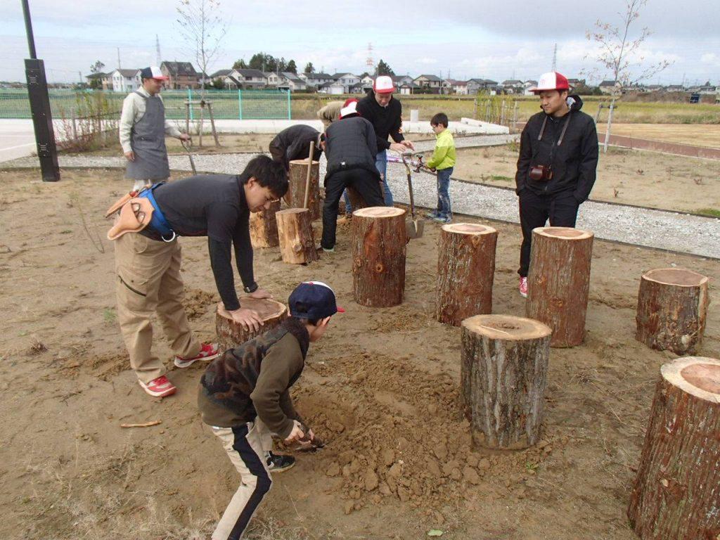 子供にもできる作業を選び、こども公園部長に公園づくりを手伝ってもらった。
