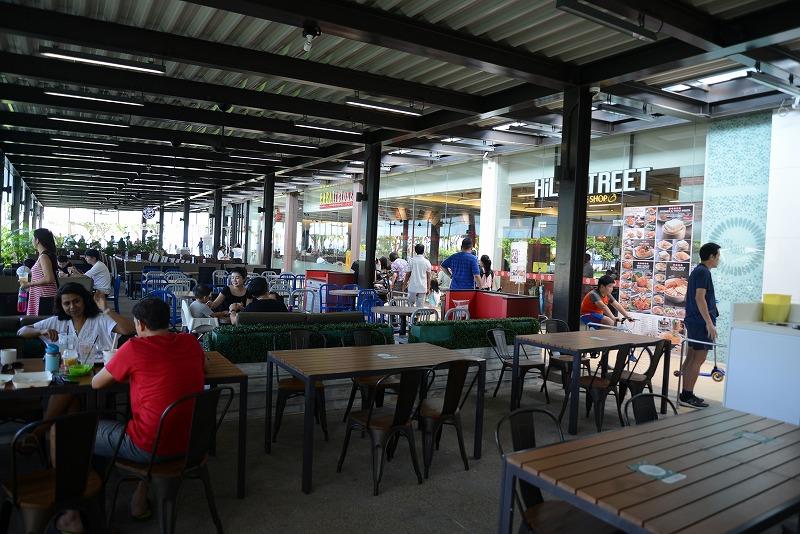 屋内とオープンエアーに分かれた飲食施設