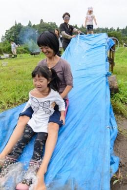 母と娘、ではないミックスされた状態で楽しんでいるお手製滑り台(写真提供:青空くるくる)。
