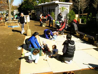 冒険遊び場(渋谷はるのおがわ)にて乳幼児を連れて集う親子。