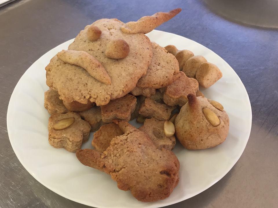 秋の収穫祭では<自然グループ>と<歴史グループ>が共催してマテバシイのドングリを使ったクッキーを作った。